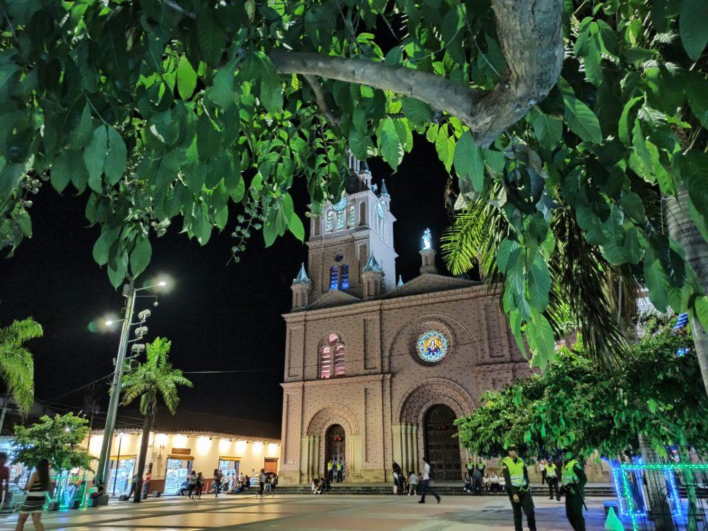 La Basílica de Buga por la noche